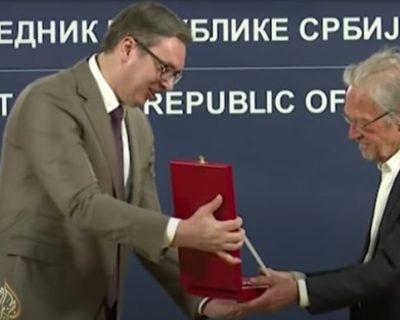 Aleksandar Vučić uručio Orden Karađorđeve zvezde prvog stepena piscu Peteru Handkeu, nobelovcu koji negira genocid u Srebrenici (VIDEO)